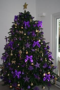 Top Purple Christmas Trees Decorations - Christmas Celebration - All about Christmas Purple Christmas Tree Decorations, Gold Christmas Tree, Beautiful Christmas Trees, Holiday Tree, Christmas Colors, All Things Christmas, Christmas Holidays, Christmas Wreaths, Christmas Photos