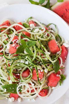 Schneller Wassermelonen-Feta-Salat mit Gurken-Spaghetti