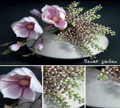 Magnolias y bayas de primavera rompiendo la línea curva del jarrón modelo sombra. Composición sencilla y efectista