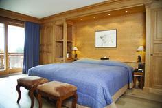 Hôtel Chalet Royalp and Spa. Les 63 chambres & suites ainsi que les 30 appartements vous invitent à la détente en famille ou entre amis. Véritables lieux de vie où le luxe et le style se conjuguent avec l'espace, les chambres et appartements offrent confort et sérénité. Hotel Chalet, Suites, Ainsi, Cabin, Dreams, Bed, Furniture, Home Decor, Style
