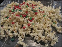 White chocolate drizzled popcorn with m & m's, a yummy christmas treat! Source by lisakaebrown Christmas Popcorn, Christmas Desserts, Christmas Treats, Christmas Baking, Christmas Fun, Chocolate Drizzled Popcorn, Christmas Chocolate, Chocolate Chocolate, Good Enough To Eat