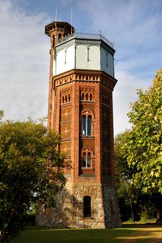 Appleton Water Tower is an exceptional Victorian water tower on the edge of the Sandringham Estate. This functional building of the highest provenance makes a comfortable nest among the tree tops. Beautiful Islands, Beautiful Places, Tree Tops, Water Tower, Water Tank, British Isles, England, Brick Walls, Lighthouses