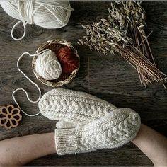 Ravelry: Tiilda Mittens pattern by Inese Sang Knitted Mittens Pattern, Poncho Knitting Patterns, Crochet Mittens, Knitted Gloves, Loom Knitting, Knitting Designs, Free Knitting, Knitting Projects, Knit Crochet
