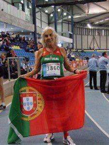 Joaquina Flores, de 72 anos, atleta do concelho do Seixal, ganhou ontem uma medalha de ouro nos três mil metros em pista coberta nos Europeus de Veteranos.