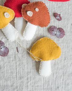 Felt Mushroom Garland Tutorial - DIY Felt Garland for fall Felt Crafts Diy, Felt Diy, Cute Crafts, Sewing Crafts, Sewing Diy, Fabric Crafts, Mushroom Crafts, Felt Mushroom, Mushroom Decor