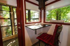 2つのロフトのあるトレーラーハウスのロフトベッドルームの下のキッチンと脇のワークスペース