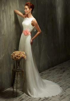 Elegantes schmal geschnittenes Hochzeitskleid aus Chiffon und Organza ...