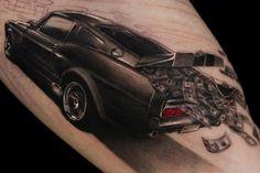 tatouage homme hyperréaliste bras-avant-bras-voiture