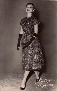 Audrey as fashion model in Gezon . Audrey Hepburn Outfit, Audrey Hepburn Pictures, Fashion Models, High Fashion, Style Icons, Supermodels, Duck Duck, Short Sleeve Dresses, Actors