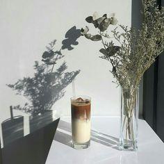 0769 Coffee – Coffee Tips Coffee Box, Coffee And Books, Iced Coffee, Coffee Drinks, Coffee Time, Coffee Ideas, Aesthetic Coffee, Aesthetic Food, Iced Latte