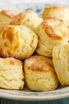 Baking Powder Biscuits (let biscuit dough rest 30 minutes after mixing and before shaping so the dough can absorb the liquid for easier handling. just like pasta dough) - King Arthur Flour. The flour makes all the difference in a biscuit recipe. Baking Powder Biscuits, Buttermilk Biscuits, Blueberry Biscuits, Almond Flour Biscuits, Yeast Biscuits, Baking Powder Recipe, Biscuits And Gravy, Keks Dessert, Bread Recipes