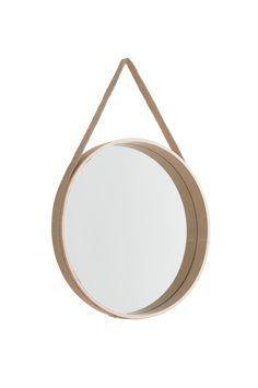 Sätt upp en vacker spegel på väggen istället för konst. FINA är en rund spegel i vitsåpad ekfaner med hängband av jute och tillhörande mässingsknopp för en snygg upphängning. Inred med speglar och se ditt hem ur nya vinklar! Material: Ekfaner, mdf, jute & mässing. Storlek: ø 45 cm, djup 5 cm. Beskrivning: Rund spegel med bälte av jute och tillhörande mässingsknopp. Tips/ råd: Låt en samling udda speglar pryda väggen, minst tre men gärna fler.