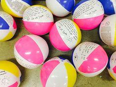 Bij mij al jaren een groot succes, deze leuke strandballen als afscheidscadeau voor de kinderen. Ik doe dit al een paar jaar met veel plezier voor de kinderen.