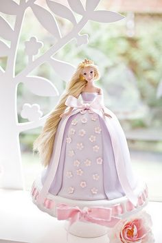 Rapunzel/Tangled Birthday Cake-Isn't this the most amazing cake!  See all the photos from this party-Get inspiration for your Rapunzel party!