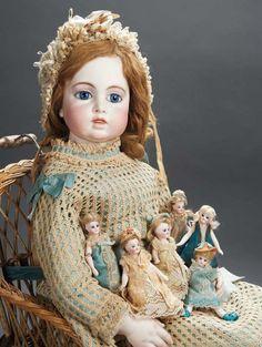Antieke pop van Bru. met antieke miniaturen, ga even kijken bij het antiek in het poppen en beren gedeelte, bij de antiek stands vindt u prachtige oude miniaturen. THE BIG EVENT 21 en 22 oktober 2017: Eén van 's werelds grootste poppen en teddyberenbeurzen parallel met een grote poppenhuizen en poppenhuisminiaturenbeurs. Waar: Brabanthallen Den Bosch Nederland Voor informatie: www.niesjewolters.nl Email: info@niesjewolters.nl