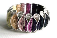 Ein Armband aus Kaffeekapseln im Farbverlauf von hellbeige über rosa, pink und violett bis schwarz. Erhältlich bei Frollein Müller auf DaWanda