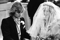Diana with David Emmanuel, one of the designers of her gown. Diana Wedding Dress, Princess Diana Wedding, Princess Elizabeth, Princess Of Wales, Royal Wedding 1981, Royal Wedding Gowns, Royal Weddings, Prince Charles Wedding, Charles And Diana Wedding