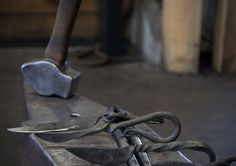 Je eigen mes of briefopener smeden in een authentieke smederij?! Dat kan nu bij Annelied van Dijk. Haar bedrijf heet Dochter van de Smid/Vuurspette...