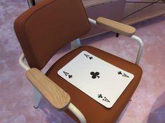 Chaise avec une carte de poker