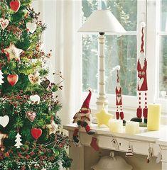 Detalle árbol y escritorio. Un árbol de estilo nórdico