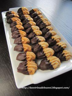 La vetrina del Nanni: Biscottini con Mandorle glassati al Cioccolato Mini Pastries, Italian Pastries, Italian Desserts, Italian Recipes, Jam Cookies, Biscotti Cookies, Galletas Cookies, Dessert Dishes, Cookie Desserts