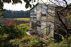 目の前に水田が広がる、日本らしい里山の風景の中に建つ高山さんの家。大きな窓から暖かな日差しが燦々と差し込む。
