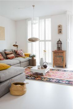 Stunning Bohemian Interior Design You Will Love. Bored with the same house design? It's time for you to try a new design that certainly makes your home look fresh and more comfortable. One design. Simple Living Room Decor, Home And Living, Bohemian Interior Design, Home Interior Design, Interior Design Instagram, Colorful Interiors, Interior Inspiration, Blog Inspiration, Decorating Your Home
