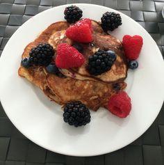 Gezonde banaanpannenkoekjes  - 2 eieren (1 met alleen het eiwit) - 1 rijpe banaan - 1 eetlepel proteïnepoeder banaan - Kaneel - Rood fruit