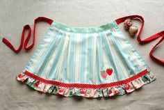 Could do a half apron in blue snowflake material so it matches our shirts. Vintage Apron Pattern, Aprons Vintage, Apron Patterns, Retro Apron, Dress Patterns, Sewing Hacks, Sewing Crafts, Sewing Projects, Sewing Aprons