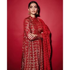 Like It 👍 or Love It 😘 Sonam Kapoor Ahuja looks Super gorgeous Bollywood Saree, Bollywood Fashion, Bollywood Actress, Indian Designer Outfits, Designer Dresses, Diva Fashion, Fashion Outfits, Ethinic Wear, Bridal Chura
