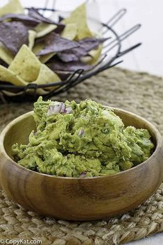 You can make Chipotle Mexican Grill Guacamole just like they do in the restaurant with this FREE copy cat recipe. Chipotle Guacamole, Chipotle Mexican Grill, Fresh Guacamole, How To Make Guacamole, Homemade Guacamole, Guacamole Recipe, Guacamole Dip, Avocado Dip, Chipotle Copycat Recipes