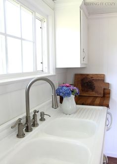 Refinishing old farmhouse sink with kit from Rustoleum. Source:Keeping It Cozy Refinishing old farmhouse sink with kit from Rustoleum. Source:Keeping It Cozy Always aspired to discover ways to knit, . Vintage Kitchen Sink, Best Kitchen Sinks, Vintage Sink, Kitchen Sink Faucets, Old Kitchen, Updated Kitchen, Cool Kitchens, Kitchen Ideas, Retro Kitchens