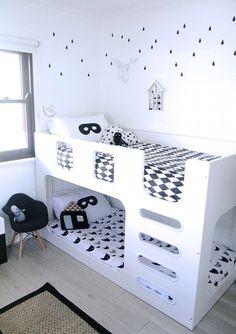 El blanco y el negro son colores neutros, los antifaces me hacen recordar al avispón verde esta habitación para niños es perfecta para ahorrar espacio sin perder el estilo :)