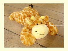 Peluche jirafa amarilla/naranja - 34 cm. Simpática Jirafa de peluche de color amarillo claro con topos naranjas y cola negra de 34 cm. Es muy suave y agradable al tacto.