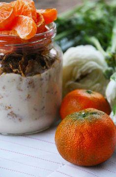 Es muy fácil hacer yogurt con sabores 100% naturales en tu casa. Lo único que tienes que hacer es comprar un yogurt natural, agregarle la fruta que quieras y licuarlo. Así te aseguras de que tenga todas las propiedades de la fruta, los puedes hacer