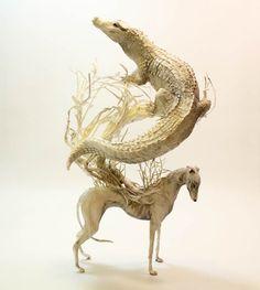 Sculpture : Un crocodile et un chien by Ellen Jewett
