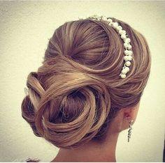 Mais  um divo para as noivinhas que não querem um coque muito certinho, mas não  querem perder o glamour de noiva!!!!