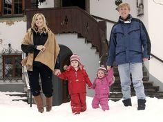Prinses Maxima en prins Willem-Alexander met hun dochters prinsessen Catharina-Amalia en Alexia tijdens een fotoshoot in het Oostenrijkse Lech in februari 2007.