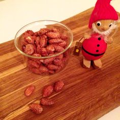 Brændte mandler Christmas Candy, Christmas Cookies, Candy Recipes, Dog Food Recipes, Bruchetta, Yummy Snacks, Diy Food, Granola, Tapas