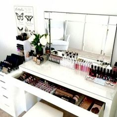 Vanity room love today ❤️ On the benches is our Ultimate Clear collection I. - - Vanity room love today ❤️ On the benches is our Ultimate Clear collection Included in this pack is - lipstick holder - Lipgloss Holder - Large Compact. Makeup Desk, Makeup Rooms, Diy Makeup, Ikea Makeup, Makeup Bord, Beauty Makeup, Makeup Vanity Tables, Makeup Furniture, Prom Makeup