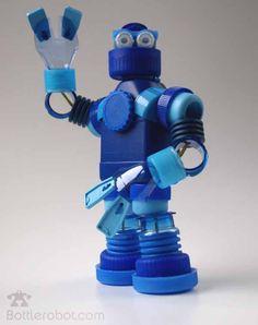 Cada bolsa de basura contiene valiosas piezas para construir juguetes como los que hoy os presentamos.