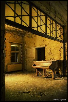 Forgotten piano in the abandoned Hospital E by Martino Zegwaard