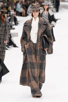 Chanel Fall 2019 Ready-to-Wear Collection - Vogue - Paris Fashion Week Fashion Week Paris, Fashion 2020, Runway Fashion, Fashion Trends, Bridal Fashion, Vogue Paris, Karl Lagerfeld, Fashion Moda, Womens Fashion