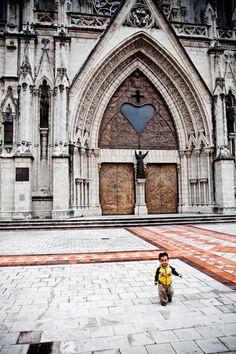 Quito, Ecuador  Entrada principal a la Iglesia de la Basílica, Situada en el Centro de la Ciudad de Quito