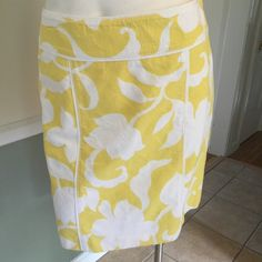 """Ann Taylor yellow & white print cotton skirt Beautiful lemony yellow and white print skirt.  100% cotton.  Fully lined with side zip and hook and eye enclosure.  31"""" waist, 18 1/2"""" length Ann Taylor Skirts"""