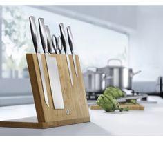 Blok na noże oraz deska krojenia Messerblock to zestaw proponowany przez markę WMF. Blok został wykonany z drewna dębowego. Jego pochyły kształt umożliwia umieszczenie na nim kilku noży bez obawy o ich zsunięcie. Na bloku mieści się około 6 noży – jest to zależne od ich szerokości. Masserblok posiada również miejsce na ostrzałkę do noży oraz nożyczki. W zestawie znajduje się także praktyczna deska do krojenia.