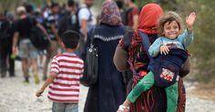 20150906 - Refugiados cruzam a fronteira entre Macedônia e Grécia, perto a cidade de Gevgelija. A maioria dos refugiados vem da Síria e são obrigados a cruzar os Bálcãs antes de entrar na União Europeia. PICTURE: Nake Batev/EFE