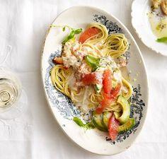 Spaghetti mit Krebsfleisch, Avocado und Grapefruit: Sahnige Krebsfleischsauce, aufgehübscht mit pink Grapefruit, umgarnt von Spaghetti. Herrlich!