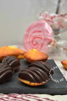 mini madeleines, coques chocolat noir, flexipan Mini Madeleines, Gateaux Cake, Doughnut, Biscuits, Muffins, Cooking Recipes, Breakfast, Delphine, Desserts