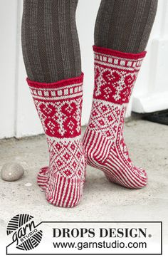 Knitted socks with color pattern for Christmas in DROPS Fabel. Knitted Slippers, Knit Mittens, Knitting Socks, Knitting Patterns Free, Free Knitting, Crochet Patterns, Free Pattern, Drops Design, Drops Patterns